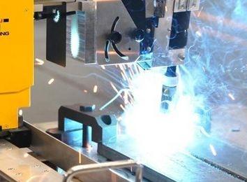 中国汽车业掀起机器人革命:机器人焊接喷漆已基本自动化